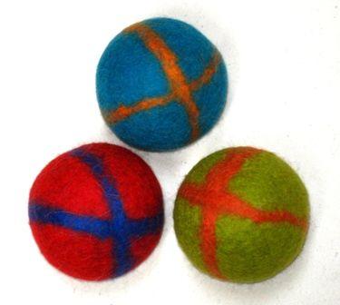 Filz_Bälle / Kinderhände geben das Maß vor für diese kleineren und leichteren Jonglierbälle.